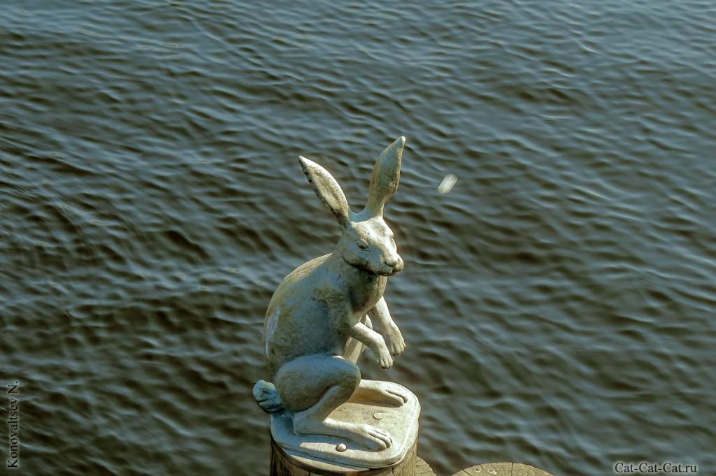 Памятник Зайцу на Заячьем острове возле Петропавловской крепости