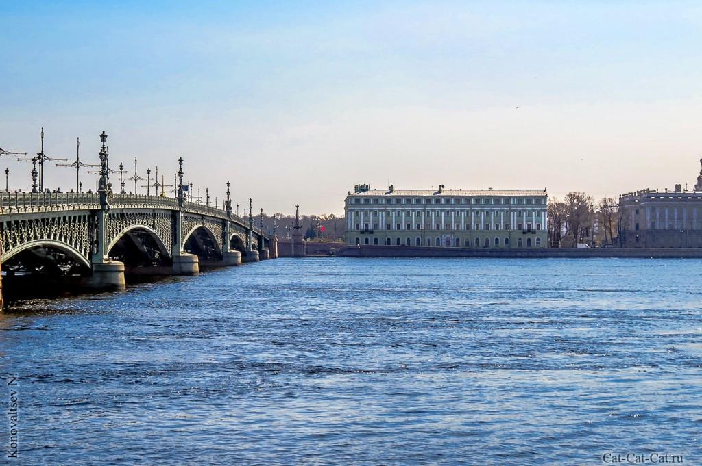 Троицкий мост через Неву в Санкт-Петербуре