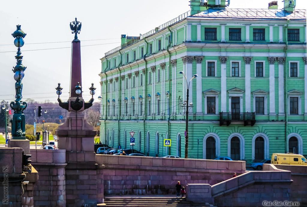 Колонны Троицкого моста. Служебный флигель Мраморного дворца.