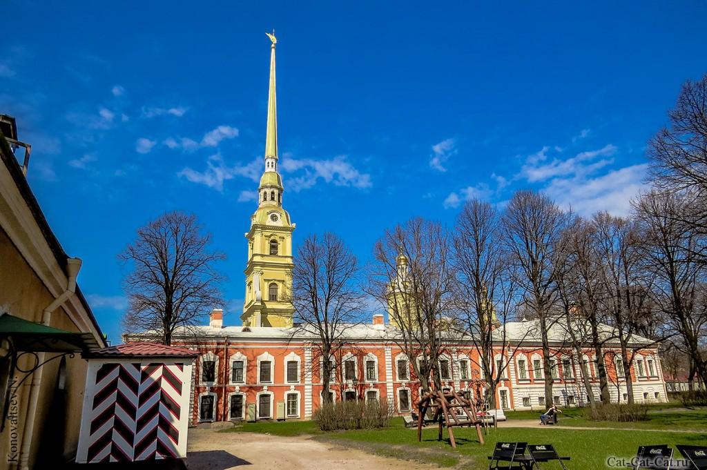 Комендантский дом и Петропавловский собор