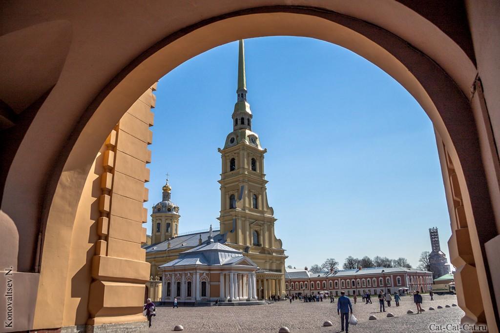 Никольские ворота и Петропавловский собор
