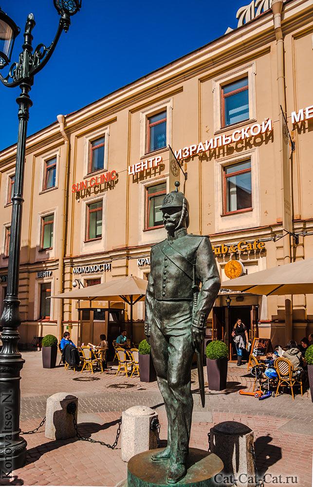 Скульптура «Петербургский Городовой»