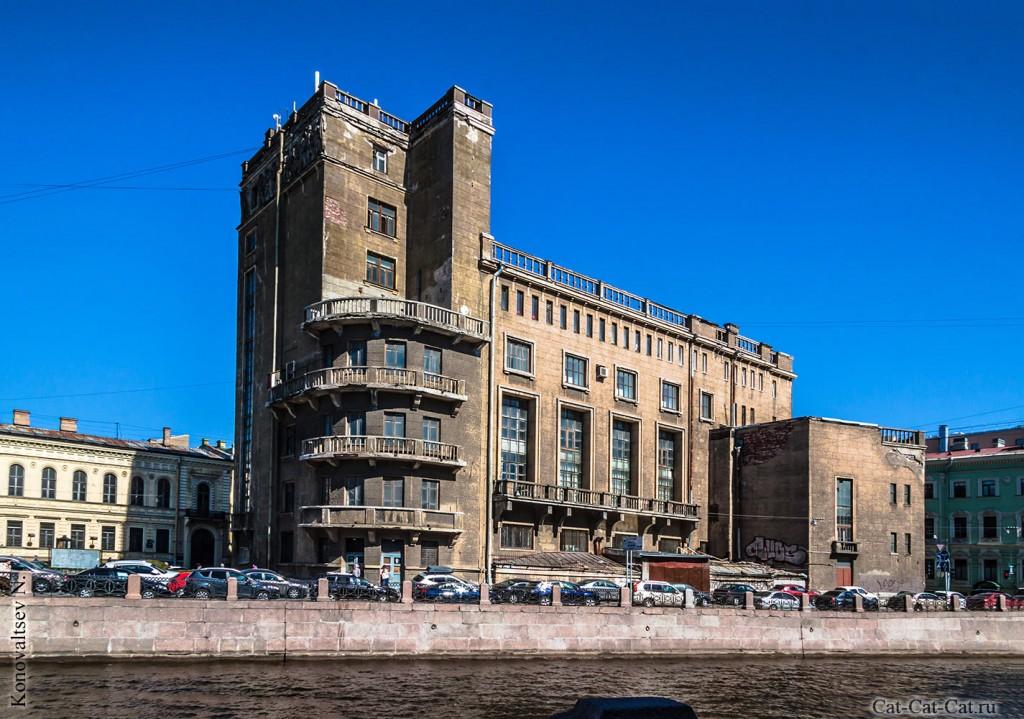 Бывший дворец культуры работников связи и немецкая реформаторская церковь